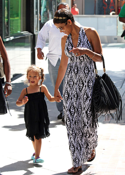 119904156keverix728201123009AM LOOK: Its Halle Berry and her Daughter